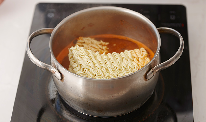 2와 물 1컵을 넣고 한소끔 끓인 후, 라면을 넣어 끓인다.