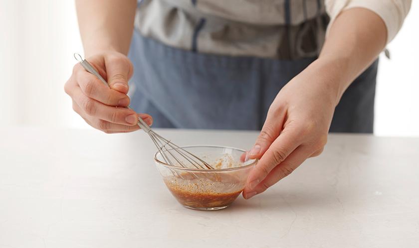 나머지 1에 식초, 땅콩버터, 올리브오일을 넣고 골고루 섞는다.
