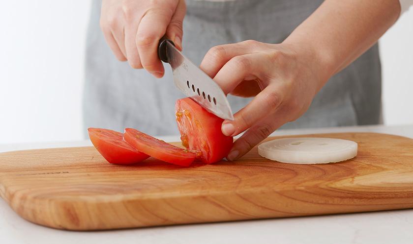 토마토와 양파는 도톰하게 슬라이스한다.