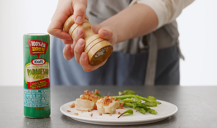 파마산 치즈와 후춧가루를 뿌려낸다.