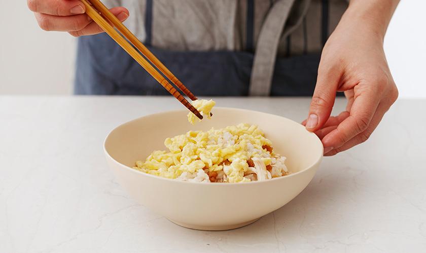 튀긴 마늘을 뿌려낸다.