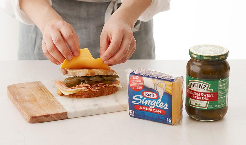 잡곡빵, 모차렐라 치즈, 슬라이스햄, 피클, 할라페뇨, 3, 치즈 순으로 올리고 잡곡빵으로 덮는다.