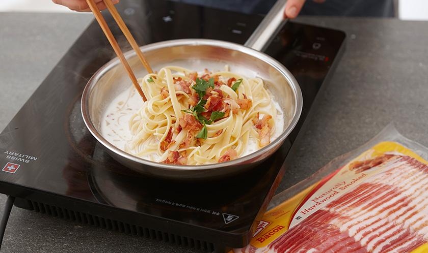 구운 베이컨, 이탈리안파슬리, 갈릭파우더를 넣어 가볍게 섞은 후, 파마산 치즈, 소금, 후춧가루로 간을 한다.
