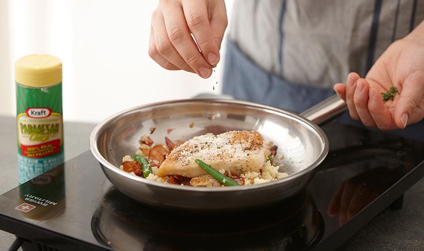 구운 닭가슴살을 올리고 파마산 치즈와 이탈리안파슬리를 뿌려낸다.