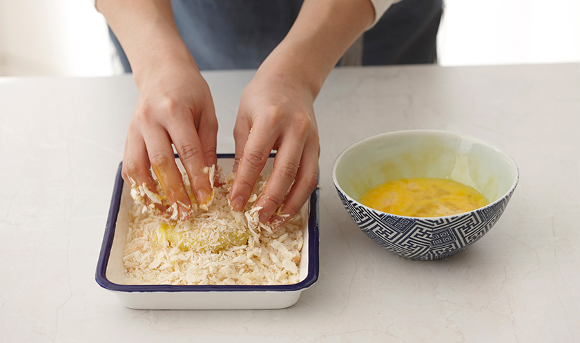 달걀물, 빵가루 순서로 튀김옷을 입힌다.