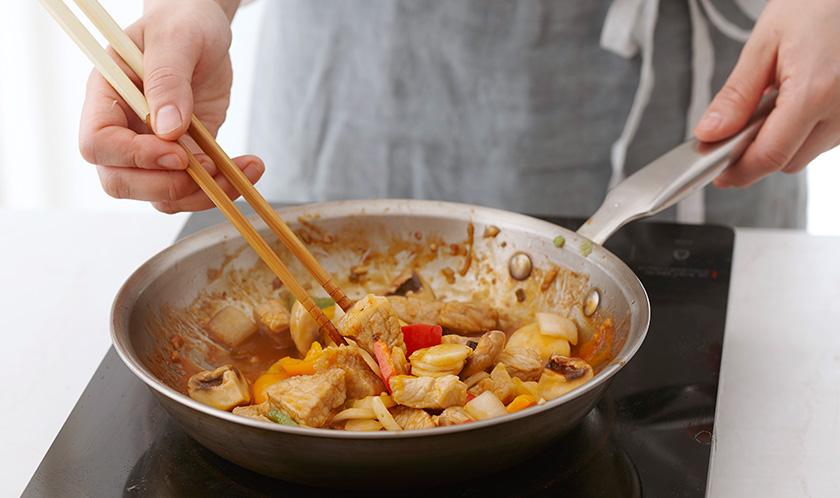 돼지고기가 조려지면 3의 채소를 넣고 가볍게 섞어낸다.