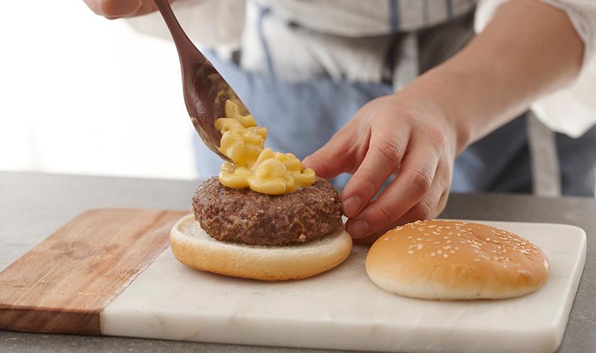 햄버거빵 사이에 구운 패티를 올리고 4를 듬뿍 올려낸다.