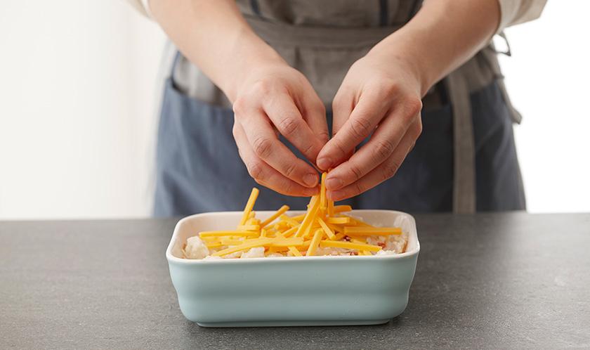 오븐용기에 4를 담고, 위에 채 썬 체다치즈 3장분을 듬뿍 올려 200℃로 예열한 오븐에서 15분간 굽는다.