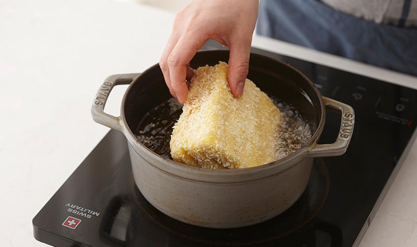180℃로 달군 튀김유에 노릇하게 튀긴 후 대각선으로 반 자른다.