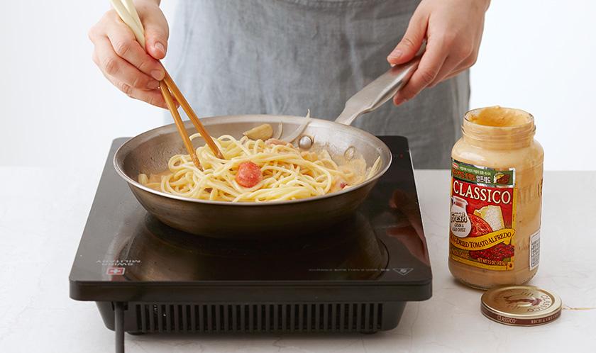 스파게티를 넣고 볶은 후 후춧가루를 뿌려낸다.