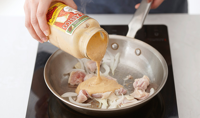 썬드라이드 토마토 알프레도, 팬네 삶은 물 1컵, 잘게 부순 마른 고추를 넣어 끓인다.