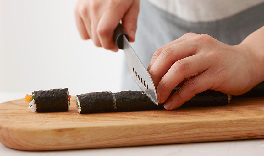 김초밥을 3cm 폭으로 자르고 참깨케찹소스를 곁들여낸다.