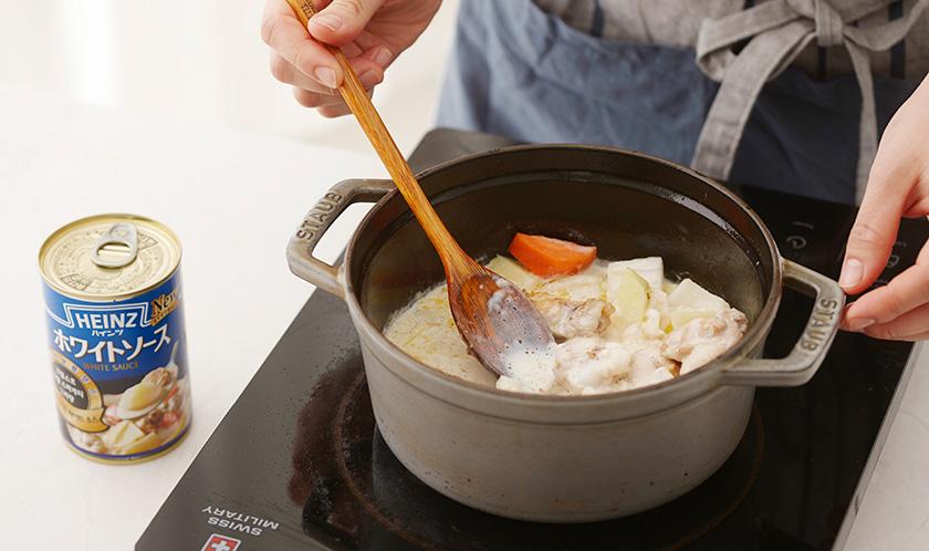 화이트 소스와 우유를 넣고 끓인 후, 약불로 줄여 뚜껑을 덮은 채 20분간 끓인다.