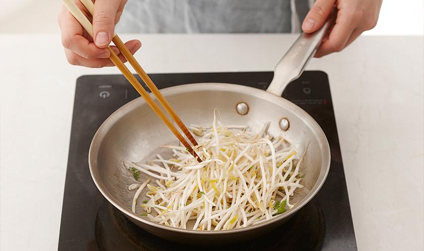 식초를 약간 넣은 끓는 물에 달걀을 넣어 수란을 만들고, 버터를 녹인 팬에 숙주를 소금, 후춧가루, 파슬리가루를 뿌려 살짝 볶는다.