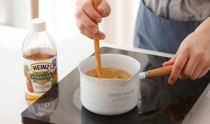 분량의 피클물 재료를 한소끔 끓여 식힌다.<br>