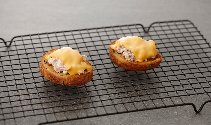 200℃로 예열한 오븐에서 5분간 구워 치즈를 녹인 후 다진 이탈리안파슬리를 뿌려낸다.