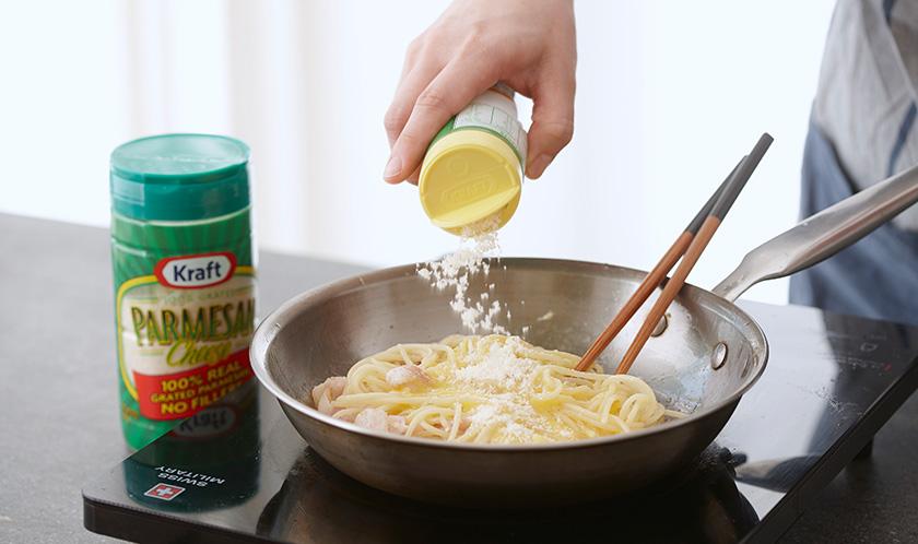 한 김 식힌 후 2를 넣어 골고루 섞고 파마산 치즈, 소금, 굵은 후춧가루를 뿌려낸다.