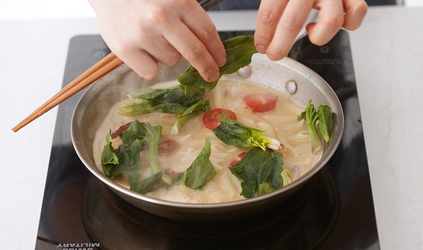 팬네, 시금치, 방울토마토를 넣어 끓인다.