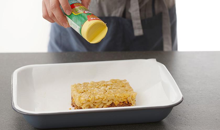 파마산 치즈를 듬뿍 뿌리고 200℃로 예열한 오븐에서 8분간 구운 후 다진 이탈리안파슬리를 뿌려낸다.