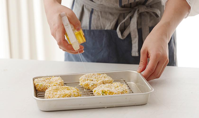 5의 표면에 식용유(분량외)를 분무기로 충분히 뿌린 후, 200℃로 예열한 오븐에서 20분간 굽는다.