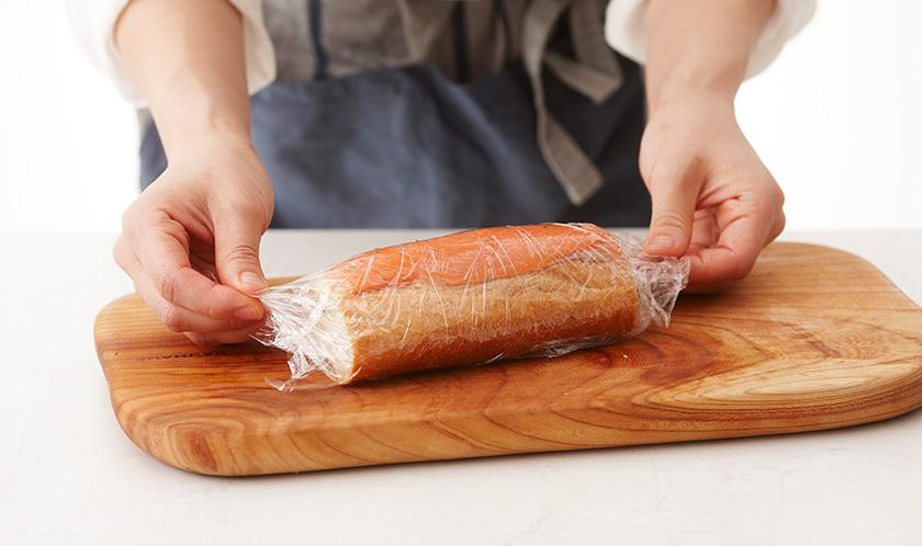 윗면을 훈제연어로 덮고 비닐랩으로 감싸 냉장고에서 30분간 둔 후 먹기 좋은 크기로 자른다.