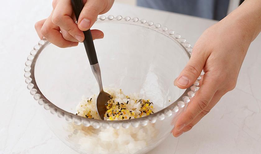 6에 날치알, 오이, 달걀지단, 표고버섯, 초생강, 연근 양의 2/3를 넣고 가볍게 섞는다.