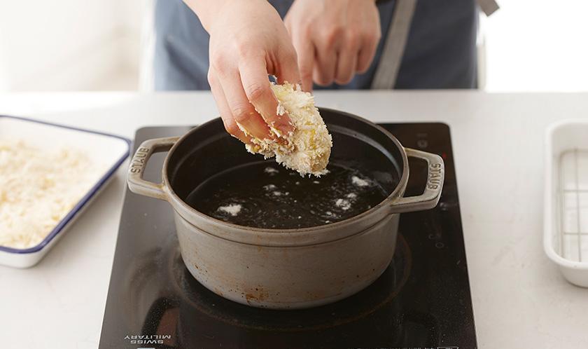 180℃로 달군 튀김유에 노릇하게 튀긴다.