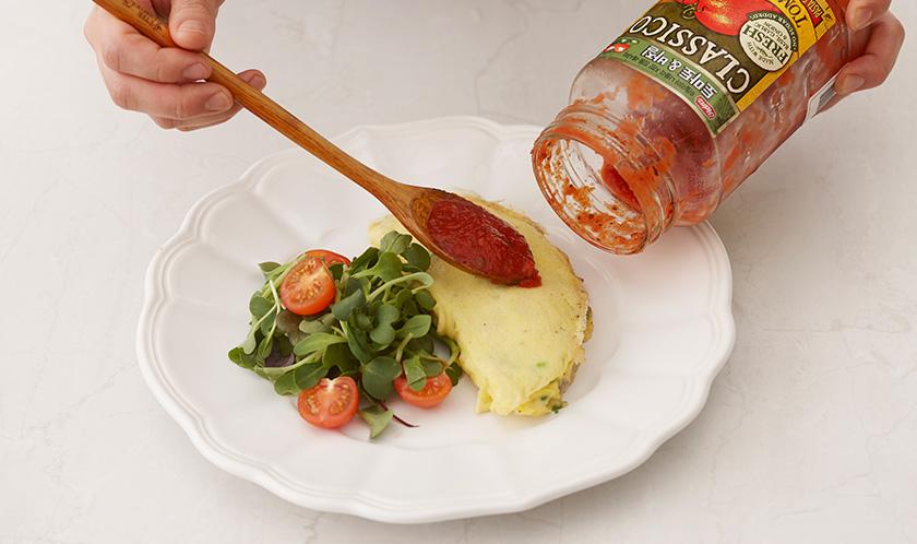 클래시코 토마토&바질을 얹고 파마산 치즈를 뿌려낸다.