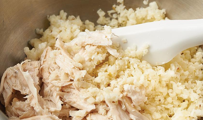2-1. 닭가슴살은 소금, 후춧가루로 간을 한 뒤 185℃로 예열한 오븐에서 7분간 익혀 손으로 잘게 찢는다.<br>2-2. 슈레드한 페퍼잭치즈를 찢어낸 닭가슴살과 엑스트라버진 올리브오일을 넣고 고루 버무린다.