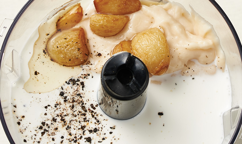 소스 :<br>1에 화이트 소스, 생크림, 우유, 소금, 후춧가루를 넣고 끓인 뒤 곱게 갈아준다.