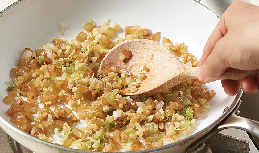 소스 :<br>달군 팬에 식용유와 버터를 두르고 다진 양파, 다진 대파, 다진 마늘을 넣어 색이 나도록 볶는다.
