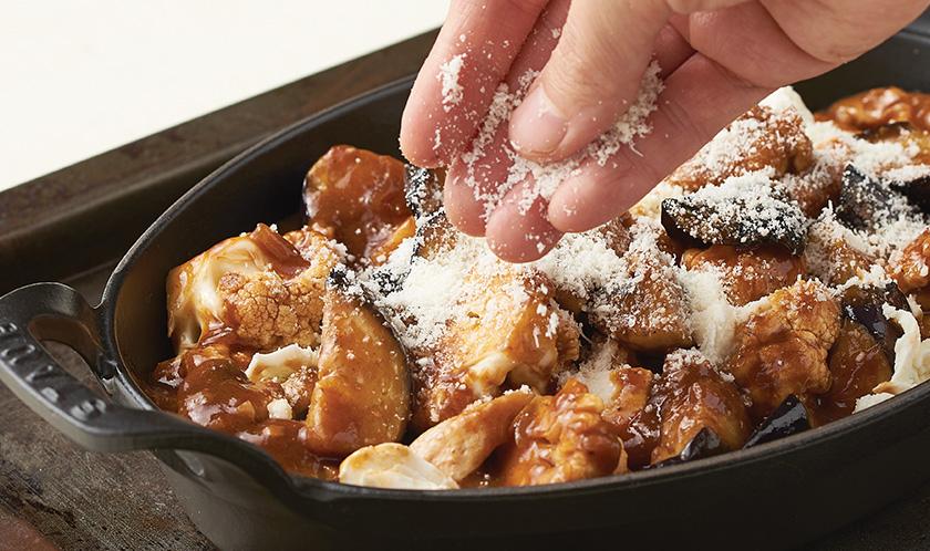 4-1. 볶은 내용물은 그라탕 용기에 담아 모차렐라치즈를 곁들이고 마지막에 파마산치즈를 뿌려 180℃로 예열한 오븐에서 약 12분 정도 굽는다.<br>4-2. 구운 그라탕 위에 송송 썬 쪽파를 곁들여 완성한다.