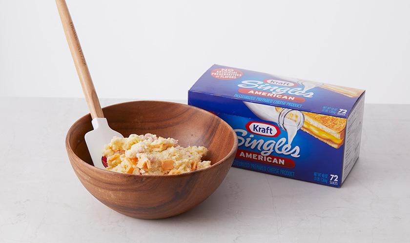우유와 달걀을 넣고 섞은 후 베이컨과 치즈를 넣고 살짝 섞는다.