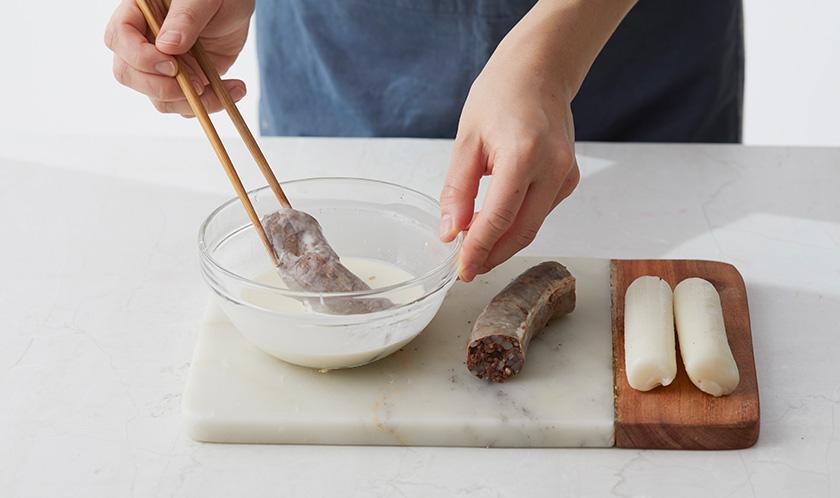 튀김가루에 물(분량외)을 넣어 반죽한 후 순대는 튀김옷을 입혀 180℃로 달군 식용유에 튀긴다.