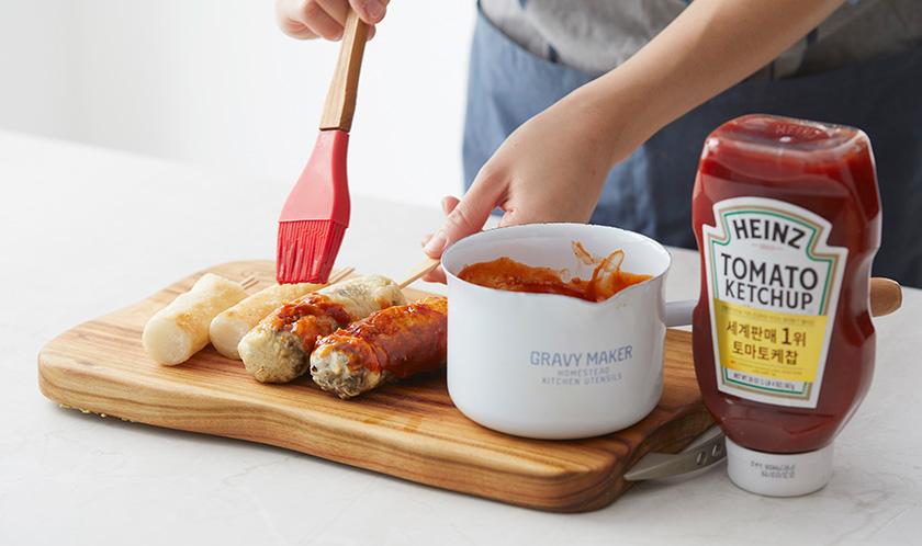 순대와 가래떡에 꼬치를 꽂고 4의 양념을 바른 후 송송 썬 쪽파를 뿌려낸다.