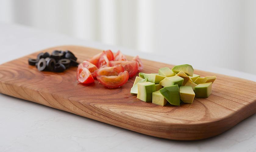 아보카도는 한입크기로 네모썰고 방울토마토는 2등분, 블랙올리브는 링썬다.