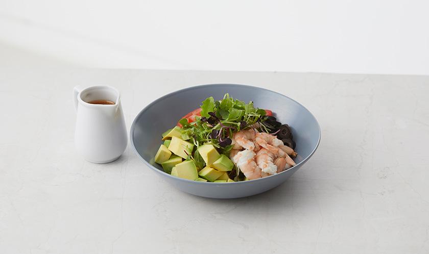 어린잎채소, 새우, 아보카도, 방울토마토, 블랙올리브를 접시에 담고, 소스를 뿌려낸다.
