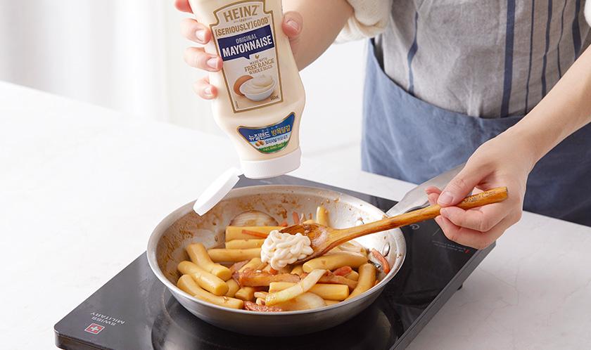 마요네즈를 넣고 살짝 버무린 후 송송 썬 쪽파와 후추를 뿌려낸다.