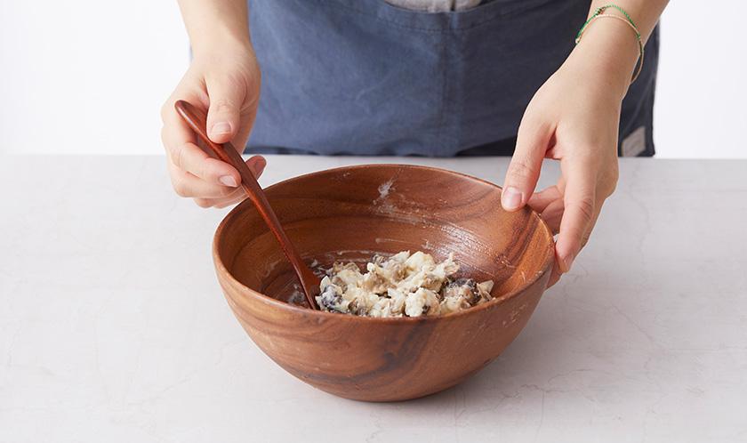골뱅이, 다진 양파, 튀김가루, 달걀흰자, 빵가루를 넣고 골고루 섞는다.