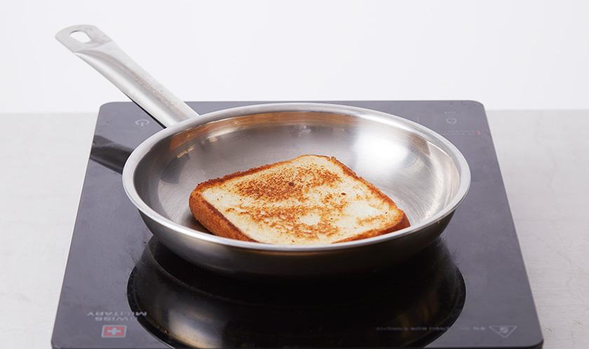 버터를 녹인 팬에 식빵을 노릇하게 굽는다.