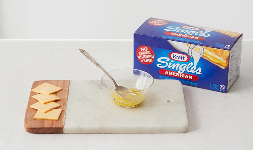 싱글즈 치즈는 4등분하고, 녹인 버터에 소금, 후추를 넣어 섞는다.