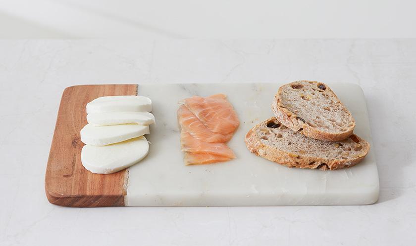 생모짜렐라치즈와 훈제연어를 호밀빵 폭으로 자른다.