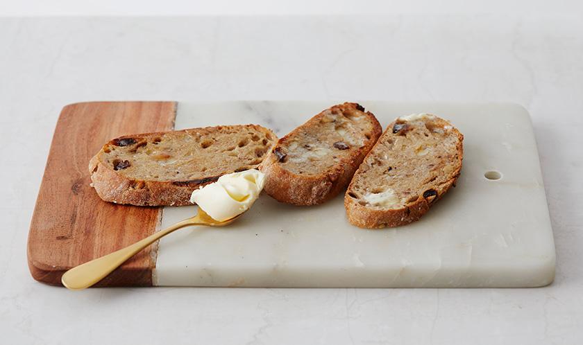 호밀빵은 마른 팬에 구운 후 버터를 바른다.