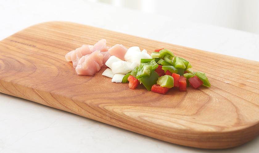 닭가슴살, 청피망, 홍피망, 양파는 사방 1cm 크기로 썬다.