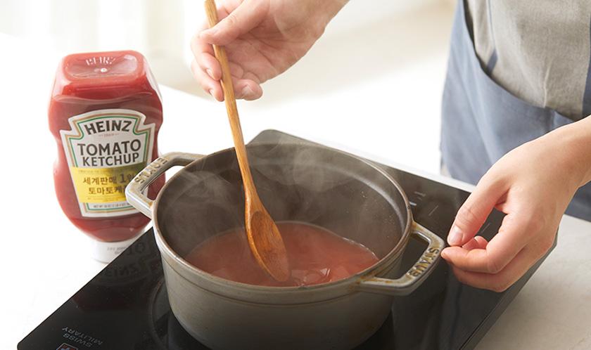냄비에 멸치육수와 분량의 [양념]을 풀어 넣고 끓인다.
