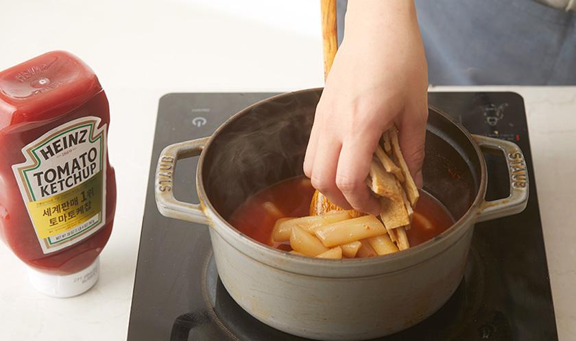끓기 시작하면 떡볶이떡과 어묵을 넣어 끓인다.