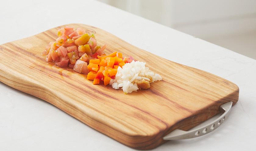 파프리카, 양파, 토마토는 사방 1cm 크기로 썬다.