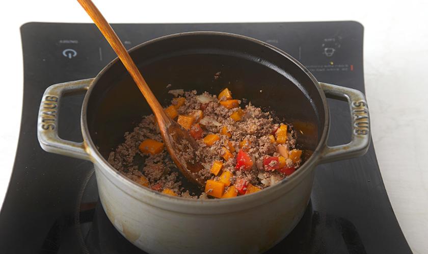 냄비에 올리브오일을 두르고 마늘, 양파, 파프리카를 넣어 볶다, 다진 소고기와 분량의 [양념]을 넣어 볶는다.