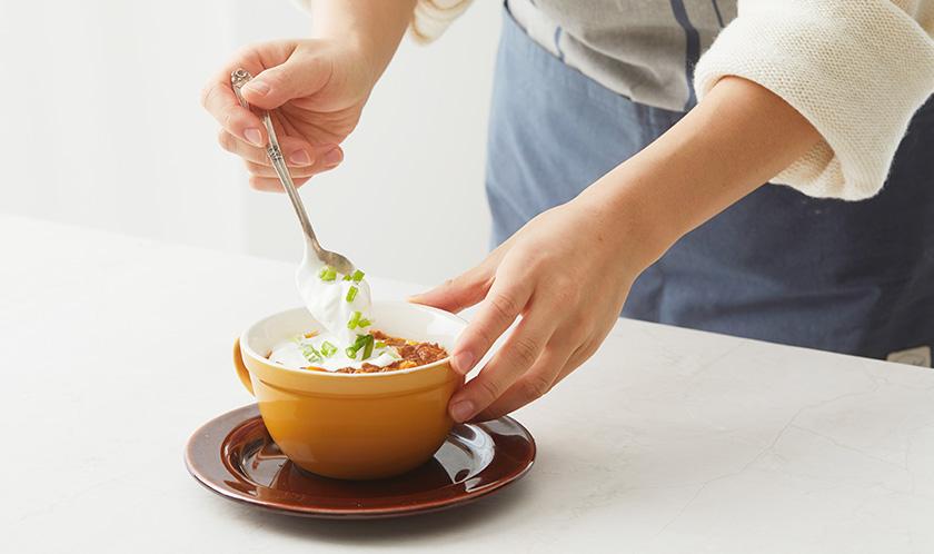 그릇에 담고 송송 썬 쪽파와 사워크림을 올려낸다.