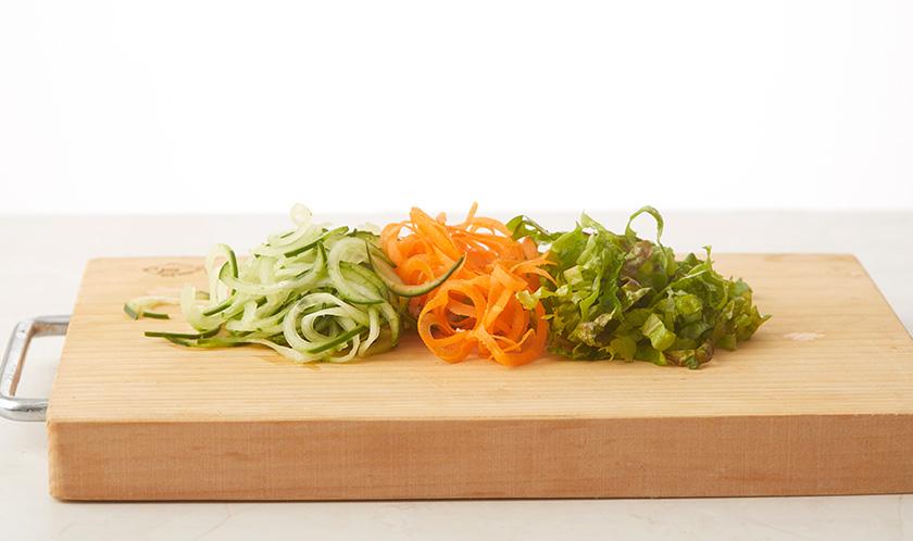 오이, 당근은 회전채칼을 이용하여 곱게 채썰고, 상추는 칼로 채썬다. 달걀은 이등분한다.